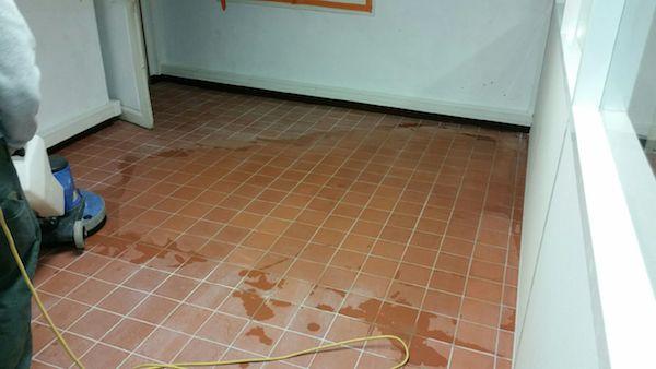 traitement de sol terre cuite pendant nettoyage